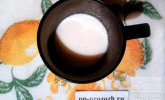 Шаг 5: Тем временем замочите оставшиеся 30 грамм желатина в молоке и оставьте набухать. По прошествии времени, нагрейте желатин с молоком до растворения.