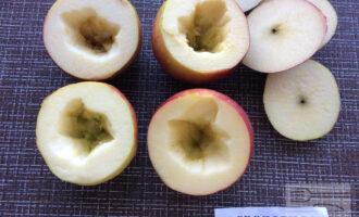 Шаг 3: Аккуратно срежьте верхушки у яблок и удалите сердцевину.