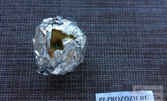 Шаг 5: Заверните яблоки в фольгу, сверху оставьте небольшое отверстие для выхода пара. Выложите яблоки на решетку гриль и запекайте на медленном огне в течении получаса.