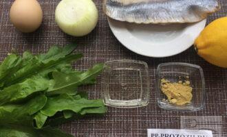Шаг 1: Приготовьте ингредиенты. Вымойте лук и салат. Очистите лук. Заранее отварите яйцо и охладите.