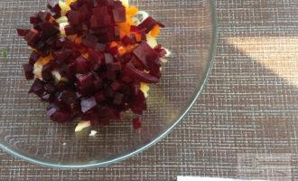 Шаг 4: Свёклу, морковь и картофель нарежьте мелкими кубиками. Мелко нарежьте укроп. Заправьте салат оливковым маслом, сбрызните лимонным соком. Перемешайте.