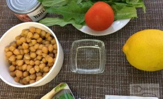 Шаг 1: Приготовьте ингредиенты. Вымойте овощи. Слейте жидкость из банок с консервированным тунцом и нутом.