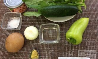 Шаг 1: Приготовьте ингредиенты. Вымойте овощи и зелень. Заранее отварите картофель и остудите.