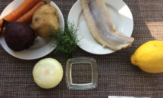 Шаг 1: Приготовьте ингредиенты. Заранее отварите овощи в подсоленной воде и охладите. Промойте и очистите лук. Промойте укроп.