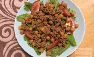 Шаг 5: Полейте салат заправкой из оливкового масла, лимонного сока и прованских трав.
