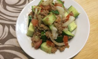 Шаг 5: Полейте салат оливковым маслом. Салат готов.