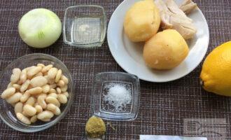 Шаг 1: Приготовьте ингредиенты. Промойте и очистите лук. Заранее отварите картофель и куриное филе.