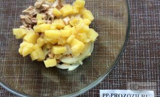Шаг 3: Добавьте мелко нарезанный картофель и куриное филе. Посолите по вкусу.