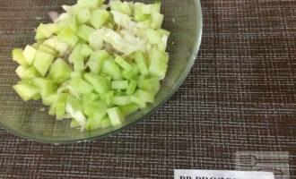 Шаг 3: Нарежьте огурец ломтиками, лук - полукольцами и добавьте к капусте.