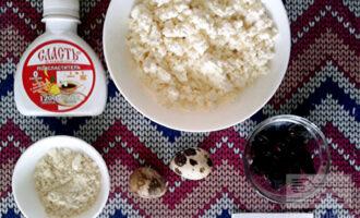 Шаг 1: Для приготовления нам понадобятся: творог, перепелиные яйца, изюм, кукурузная мука и подсластитель. Перед тем как готовить, замочите изюм в теплой воде на 15 минут и обсушите.