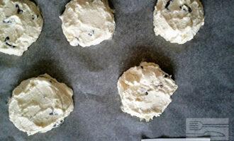 Шаг 5: Из полученной массы формируйте будущие сырники и выкладывайте их на противень, застеленный пергаментом. Выпекайте в разогретой до 180 градусов духовке 20-30 минут.
