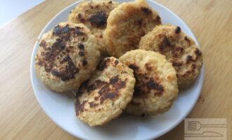 Шаг 5: Сформируйте сырники и обжарьте их до готовности на сковороде без масла.