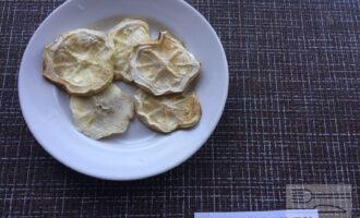 Шаг 2: Нарежьте кабачок на небольшие кусочки. Запеките кабачок до готовности в духовке.