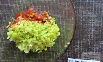 Шаг 3: Мелко нарежьте лук и перец. Добавьте оливковое масло и соль.