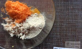 Шаг 3: Куриное филе мелко нарежьте, добавьте к нему натертую морковь, масло, муку, яйцо, воду, перец и соль. Хорошо перемешайте.