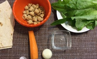 Шаг 1: Приготовьте ингредиенты. Вымойте салат. Вымойте и очистите лук и морковь.