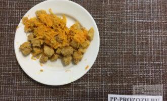 Шаг 3: Нарежьте соевые кусочки. Натрите морковь на мелкой терке. Потушите соевые кусочки на сковороде, добавьте оливковое масло и соль.