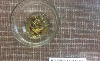 Шаг 4: Добавьте оливковое масло и прованские травы.