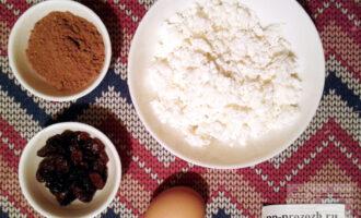 Шаг 1: Приготовьте ингредиенты по списку. Изюм заранее замочите в теплой воде и обсушите.