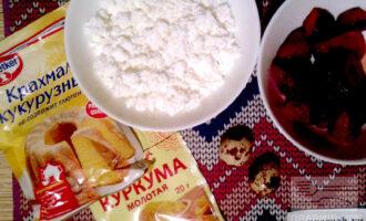 Шаг 1: Для приготовления сырников нам понадобится творог, перепелиные яйца, клубника, куркума и кукурузный крахмал.