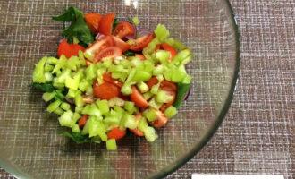 Шаг 4: Перец нарежьте мелкими кубиками. Посолите по вкусу, добавьте черный молотый перец и сбрызните маслом. Добавьте льняные семечки. Перемешайте.