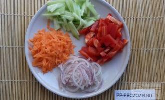 Шаг 3: Нарежьте овощи: перец - небольшими кусочками, лук – полукольцами, огурец – брусочками, морковь натрите на крупной терке.