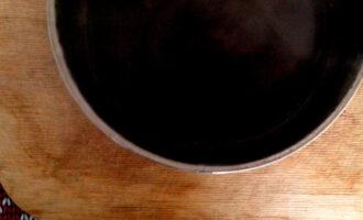 Шаг 3: Доведите до кипения воду, добавьте размятые ягоды и варите 2 минуты. Затем процедите.