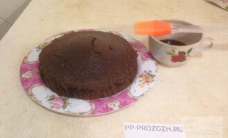 Шаг 5: Готовый бисквит выньте из формы и дайте немного остыть. Затем пропитайте корж оставшимся кофе с помощью кондитерской кисти.