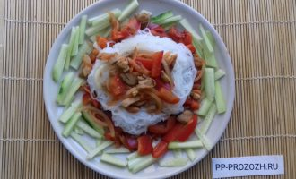 Шаг 7: Соберите салат: выложите огурцы, на них - овощи и курицу, сверху добавьте фунчозу.