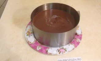 Шаг 8: Снова поместите бисквитный корж в форму и залейте сверху молочно-шоколадной смесью. Поставьте торт в холодильник на ночь.