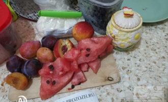 Шаг 1: Подготовьте необходимые ингредиенты. Снимите кожуру с арбуза.