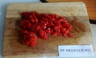 Шаг 2: Мелко, кубиками нарежьте помидоры.