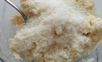 Шаг 4: Теперь добавьте кокосовую стружку. Замесите массу руками. По консистенции должно напоминать тесто.