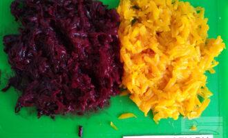 Шаг 3: Потрите на крупной терке морковь и свеклу.