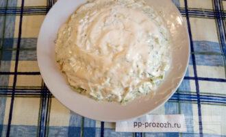 Шаг 7: Теперь засыпьте тертым сыром и намажьте йогуртом.