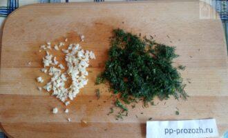 Шаг 3: Нарубите чеснок и зелень.