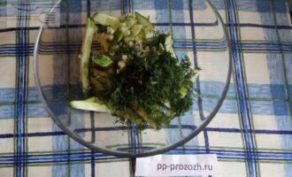 Шаг 4: Соедините огурец, зелень и чеснок, немного присолите.
