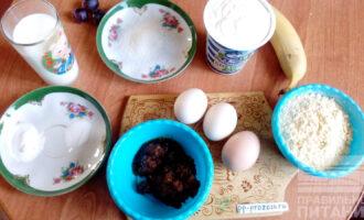 Шаг 1: Подготовьте необходимые ингредиенты: муку кукурузную, яйцо, мед, стевию, соду, соль, сметану, молоко, банан.