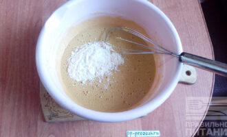 Шаг 4: Постепенно введите всю муку. Замесите мягкое тесто.