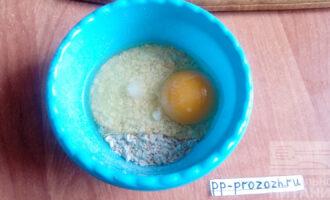 Шаг 4: Замешайте тесто. Для этого в миску насыпьте геркулес, яйцо, соль, налейте молоко и все хорошо перемешайте.