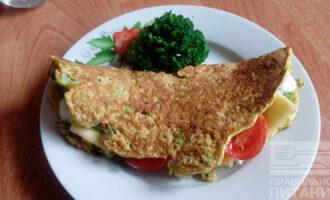 Шаг 7: Смажьте овсяноблин йогуртом, положите сыр и помидор. Согните пополам. Все готово.