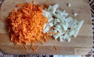 Шаг 2: Лук и морковь очистите, нарежьте, натрите.