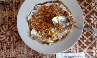 Шаг 9: Соберите торт: каждый блин смазывайте домашним майонезом, кладите пассированные лук с морковью и посыпайте укропом.