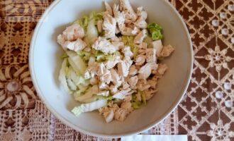 Шаг 3: Нарежьте кубиком куриное филе.