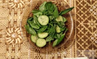 Шаг 3: Соедините шпинат с огурцом. Полейте оливковым маслом.