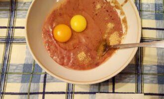 Шаг 2: Печень перекрутите на мясорубке и смешайте с яйцами.