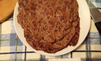 Шаг 4: На сухой сковороде, первый раз смазанной маслом, пожарьте блины. Дайте им остыть.