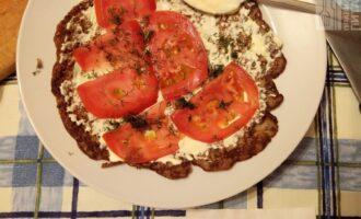 Шаг 6: Майонез смешайте с чесноком и намазывайте на каждый лист, сврху помидоры, сверху укроп.