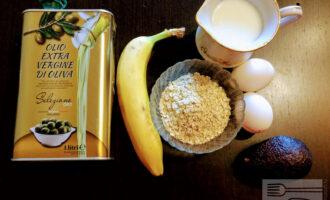 Шаг 1: Для приготовления овсяноблина возьмите: овсяные хлопья, молоко, яйца, банан, авокадо и оливковое масло для жарки.
