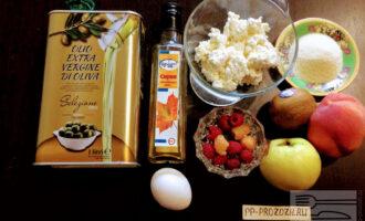 Шаг 1: Для приготовления сырников возьмите:  творог, яйцо, манную крупу, яблоко, киви, персик, ягоды, кленовый сироп, оливковое масло.